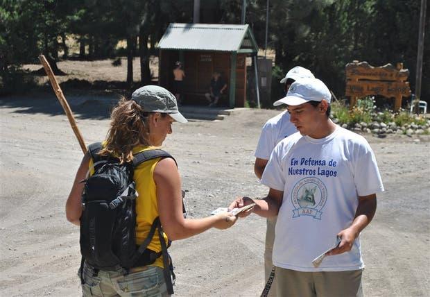 Un brigadista informa a una turista