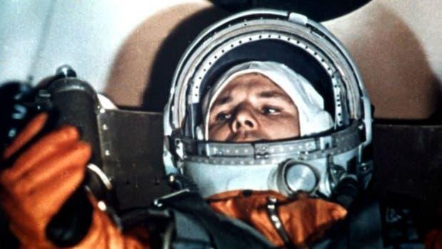 Yuri Gagarin se alista para un entrenamiento de simulación espacial