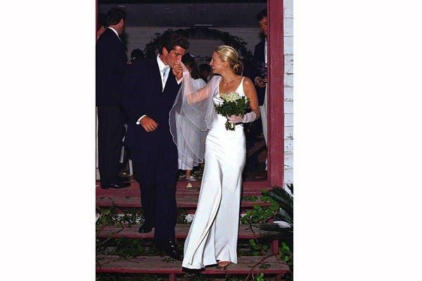 Carolyn Bessette vistió el día de su casamiento con John F. Kennedy Jr. en 1996 un traje del diseñador, y quien fuera su amigo, Narciso Rodríguez. Estaba impecable con un vestido de seda con corte al bies y un peinado recogido. Foto: In style