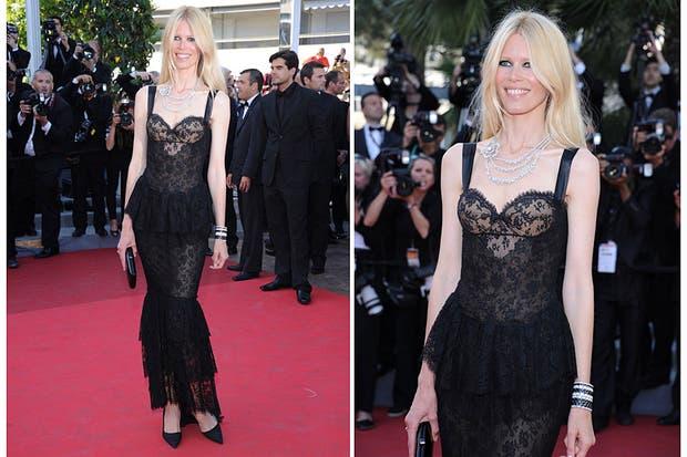 Aunque siempre está divina, este vestido de Chanel no fue la mejor elección de Claudia Schiffer. Foto: Archivo