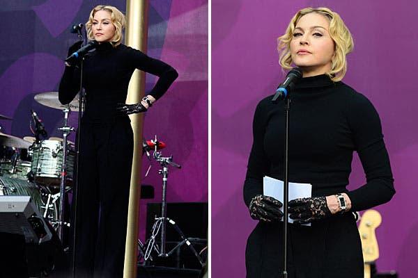 Tapadísima, Madonna eligió un vestido al cuerpo, con mangas largas y cuello alto. Completó el look con guantes de encaje. Foto: Reuters y AP