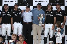 Ellerstina en el podio de Mercedes junto al presidente de la AAP, Luis Lalor