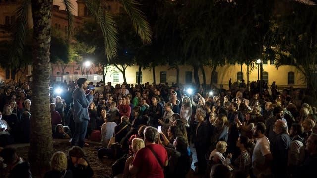 Cientos de personas autoconvocadas se reúnen en las calles por el referéndum