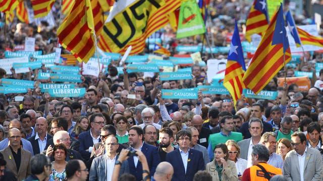 El presidente Mariano Rajoy anunció su decisión de intervenir Cataluña, que incluye el desplazamiento de Carles Puigdemont y todo su equipo y la convocatoria a elecciones en los próximos seis meses