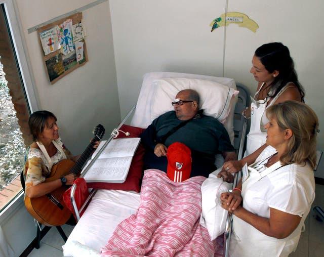 Ángel, uno de los huéspedes del hospice El Buen Samaritano, junto a las voluntarias Ana,Jessica y Alejandra,