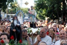 Cientos de fieles acompañaron la peregrinación desde la parroquia de San Cayetano de Liniers