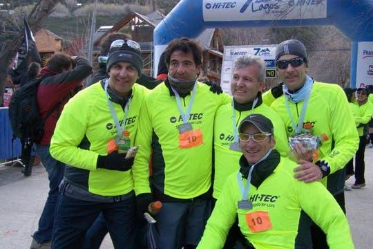 """""""La foto final es cuando terminó la carrera, acá está todo el equipo con sus medallas y una gran satisfacción"""". Foto: www.ricardoechegaray.com.ar"""