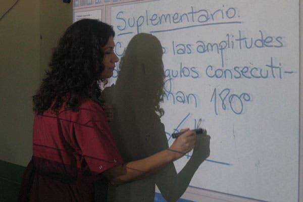 El uso de las computadoras portátiles en el aula se complementa con material de estudio adaptado al uso de pantallas y proyectores