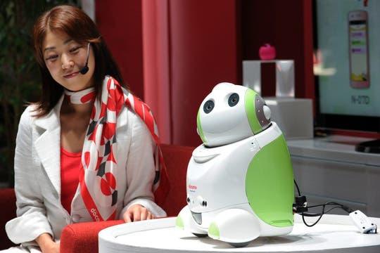 La telefónica NTT DoCoMo mostró un robot que reconoce a su dueño y le hace compañía. Foto: AFP