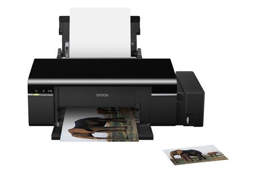 Epson L800: inyección de tinta continua, permite impresión sobre hojas y CD/DVD, con conexión USB.