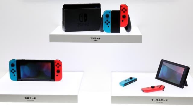 Tres modos de uso de la Switch: conectado a un televisor (arriba), como consola de mano (izq.) o de sobremesa (derecha)