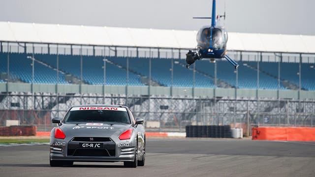 El auto de competición de Nissan fue controlado por un piloto profesional con un mando de PS4 a distancia desde un helicóptero