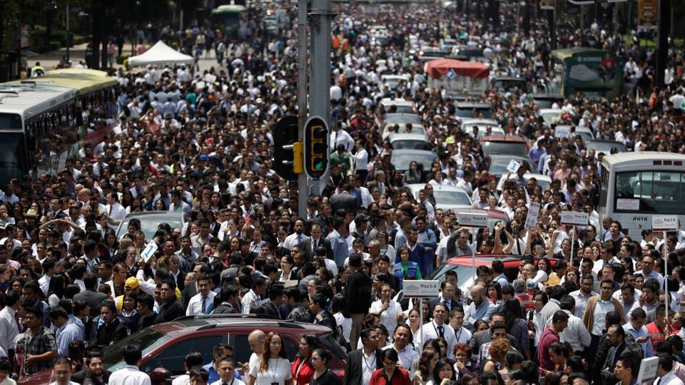 Evacuados de los edificios del centro de México se reúne en la Avenida Reforma. Foto: AP / Rebecca Blackwell