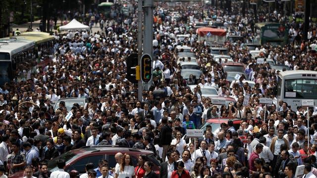 Evacuados de los edificios del centro de México se reúne en la Avenida Reforma