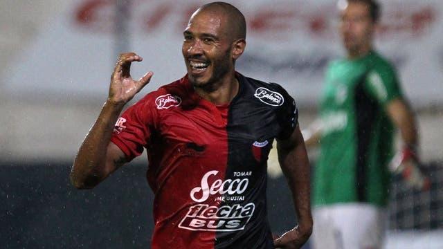 Vera festeja el gol con el que Colón le ganó a Quilmes