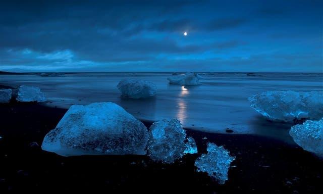 En Islandia, el Lago del Glaciar ) está conectado con el mar y recibe témpanos del inmenso Vatnajökull, uno de los grandes campos de hielo del mundo