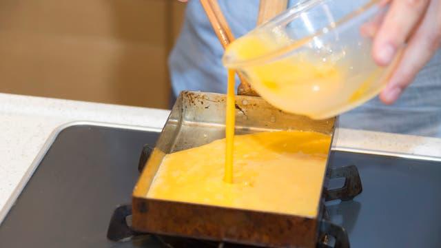 La preparación del tamagoyaki, típico omelette japonés. Gentileza Airbnb