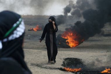 Una mujer manifestante palestina camina durante la protesta