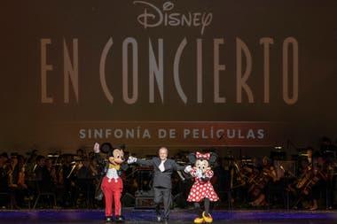"""Luego del """"Fantasmic"""", un clásico de los parques Disney, Diemecke saludó con Mickey y Minnie"""