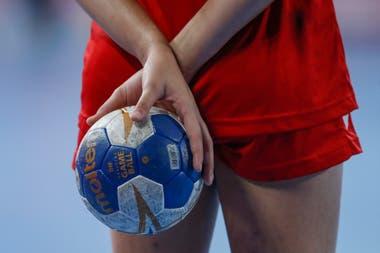 Jugadora del equipo de Puerto Rico sostiene la pelota de handball