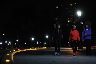 Comparado con las primeras noches en que se autorizó salir a correr, esta noche hubo pocos deportistas
