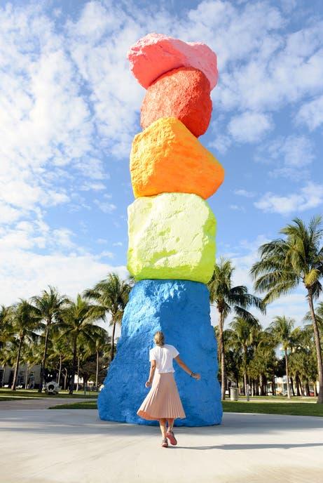 La escultura de Ugo Rondinone es parte del parque del museo Bass