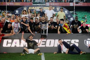 Ezequiel Garay sosotiene la Copa del Rey: el argentino, campeón con Valencia.