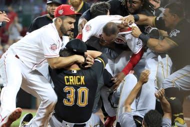 Amir Garrett #50 ( SIN GORRA) de los Cincinnati Reds reaccionó contra miembros de los Pittsburgh Pirates en el final del 9th entrada del Great American Ball Park