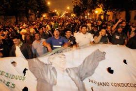Cientos de activistas del gremio Camioneros avanzan por Vélez Sársfield para bloquear la salida de LA NACION y Clarín