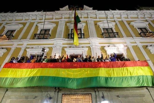 Evo Morales renovó su mandato en Bolivia por una aplastante diferencia y la gente salió a festejar a las calles. Foto: Reuters