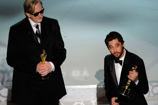 Ryan Bingham y T Bone Burnett, ganadores por mejor canción (Loco Corazón). Foto: AP
