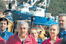 Piñera habló a sobrevivientes del tsunami, durante su visita al puerto de Talcahuano