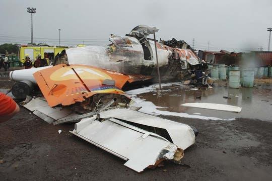 Los restos del avión de una aerolínea estatal Conviasa se ve en el suelo después de que se estrellara cerca de 6 millas (10 kilómetros) de la ciudad oriental de Puerto Ordaz. Foto: AP