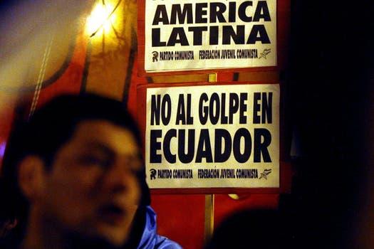 Concentración en Buenos Aires frente a la cancillería mientras se realizaba la reunión de la Unsaur. Foto: EFE / lanacion.com