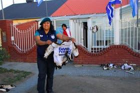 Una militante petrolera, frente a la sede del gremio, muestra una remera quemada con la inscripción de Peralta 2011