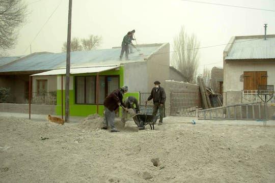 En Jacobacci, los vecinos remueven las cenizas de los techos de sus casas. Foto: DyN