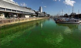 La llamativa pigmentación del agua puede verse a lo largo de todos los diques