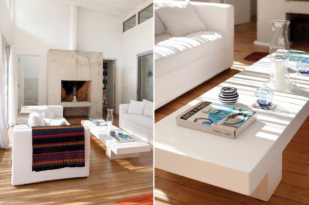 El piso entablonado de pino elliottii dialoga con el machimbrado de cedriño pintado de blanco en los muros laterales y en el cielo raso. A cada lado del hogar, un toilette y una puerta que comunica con un escritorio..