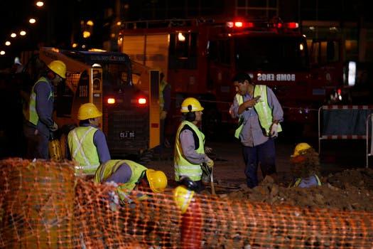 Por la noche personal de Matrogas seguía con las tares para su reparación. Foto: LA NACION / Rodrigo Néspolo