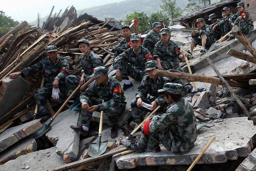 Más de 3000 personas resultado heridas; el gobierno envió a militares para reforzar las tareas de rescate.