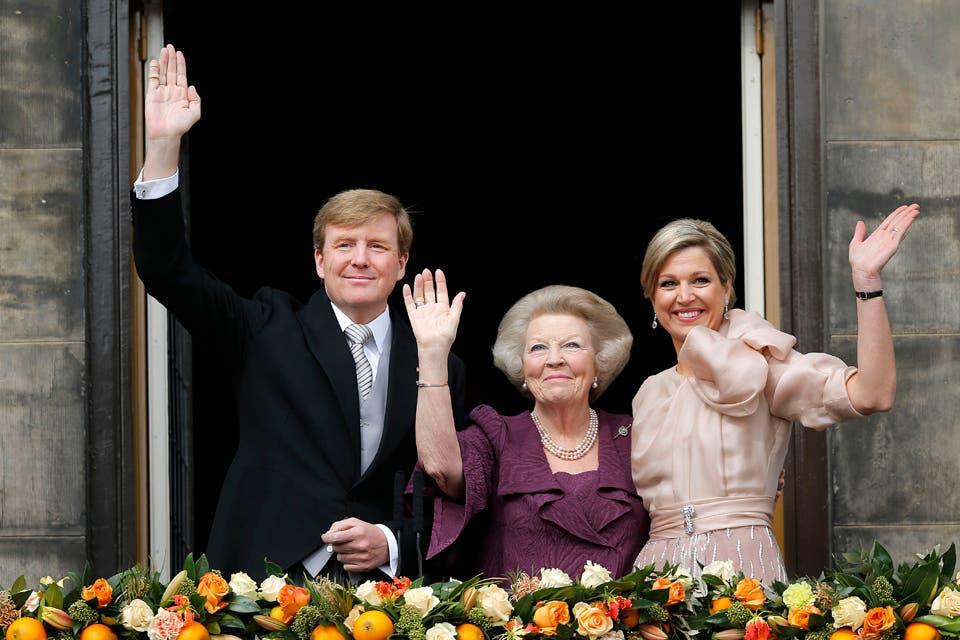 Los nuevos reyes. Emocionados, Guillermo, Beatriz y Máxima saludan al pueblo holandés.. Foto: /AP
