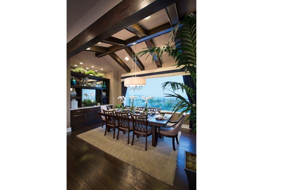 La combinación de verde ácido y aguamarina enciende el clima de una cocina ultramoderna. Las maderas oscuras y los sillones de líneas netas aportan la cuota de sobriedad.