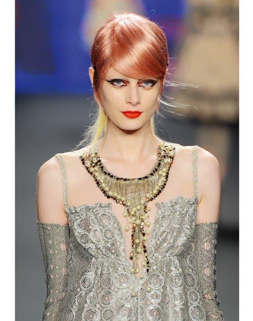 Labios en coral intenso y ojos megadelineados con detalle a tono de los labios, en el desfile de Anna Sui en el Fashion Week de New York.