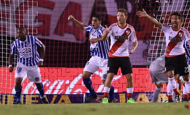 Santiago García y Godoy festejan el 1-0 de Viera para el Tomba; lo sufren Domingo y Ponzio