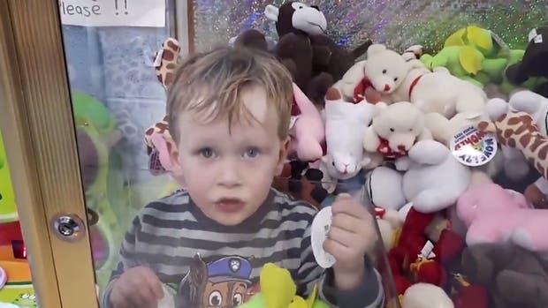 El niño de tres años que se quedó atrapado en la máquina de muñecos