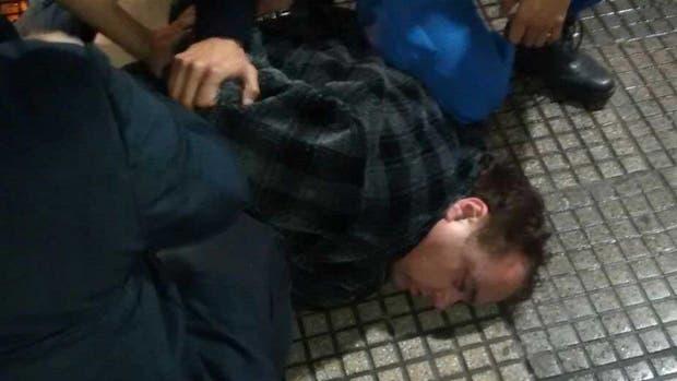 Santillán se resistió a la detención y rompió el espejo de un patrullero