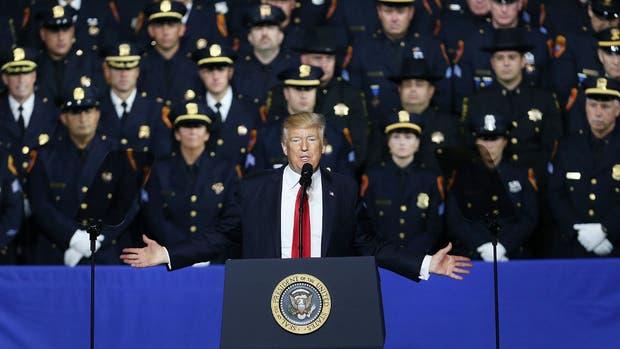 Trump, ayer, durante un acto con policías de Nueva York