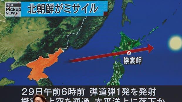 Una pantalla muestra la noticia del misil que fue lanzado por Corea del Norte, ante ayer