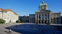Para conocer más sobre la política en Suiza, los visitantes pueden acudir al Parlamento en Berna.