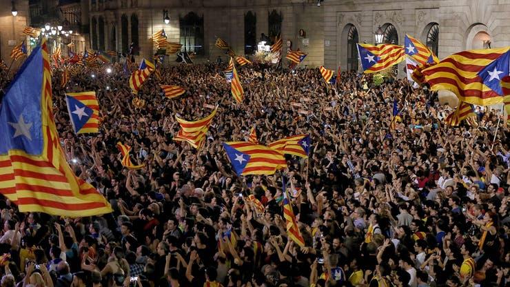 Miles de personas respaldaron anoche la declaración de independencia con una concentración frente al Parlamento regional, en Barcelona